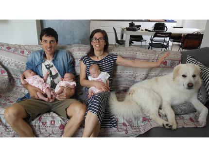 La famiglia Verdini: Tommaso ed Eleonora con le tre gemelline e il loro cane