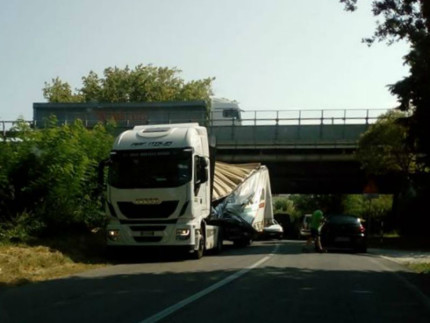 Incidente lungo strada della Bruciata a Senigallia, camion con rimorchio danneggiato sotto ponte A-14