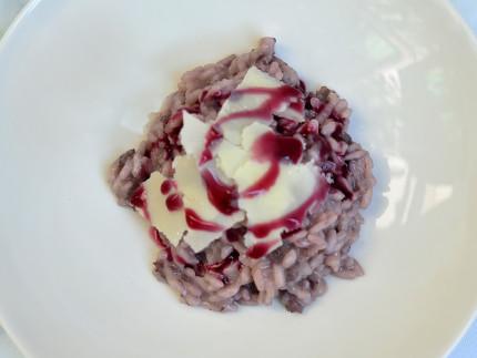 Risotto con salsiccia, Lacrima di Morro d'Alba e scaglie di grana - ricetta di Mattia Orianda