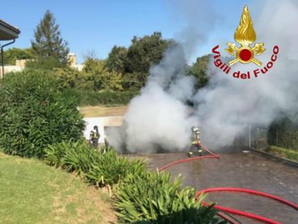 Incendio in garage su strada del Cavallo