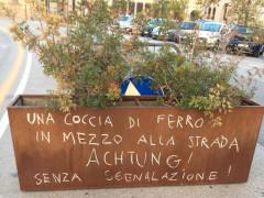 Scritte sulla fioriera non segnalata in via Portici Ercolani