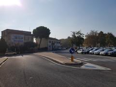 Viale Leopardi all'incrocio con via Mercantini e il parcheggio dell'ex pesa pubblica