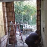 Lavori edili della Santoli Service: installazione portone a inizio intervento