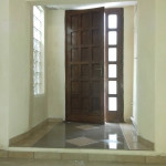 Lavori edili della Santoli Service: installazione portone a fine intervento