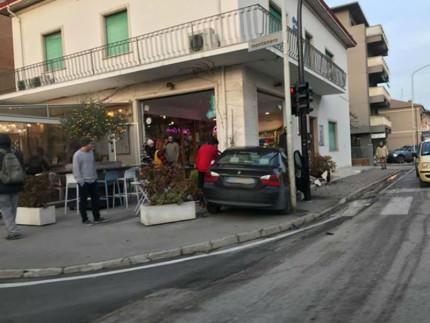 Incidente all'incrocio tra via Rossini, via Montenero e ponte Garibaldi