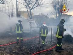 Incendio al camping Domus spento dai Vigili del Fuoco