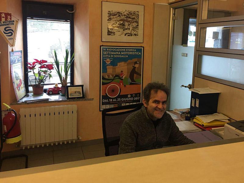Daniele Belogi al lavoro all'Agenzia La Senigalliese