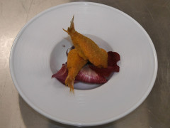 Triglia impanata e fritta con la nostra carbonara di mare e composta di cipolla rossa di Tropea - ricetta Ristorante 20 e 15 Cibo e Vino