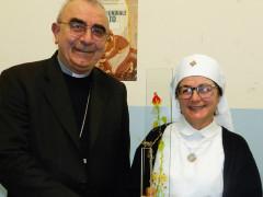 ll vescovo Manenti porge il premio Master Mastrucci alla presidente Unitalsi Magagnini