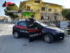Carabinieri a Marina di Montemarciano dopo la rapina al supermercato Tigre Amico