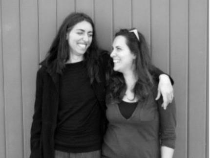 lisa Ridolfi voce, percussioni, chitarra e cajon e Stefania Paterniani pianoforte, voce e percussioni