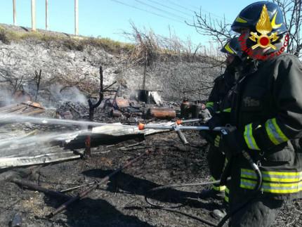 a fuoco le sterpaglie vicino ai binari: