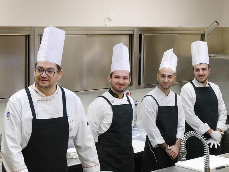 Walter Borsini (a sinistra) e staff di cucina del ristorante Fortino Napoleonico di Portonovo di Ancona