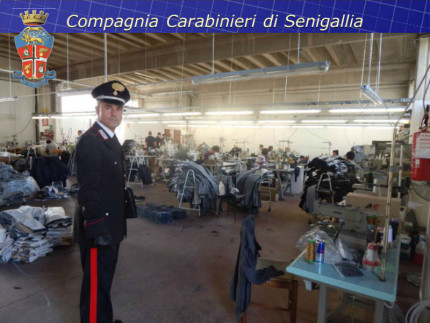Controlli dei Carabinieri in laboratorio di confezioni