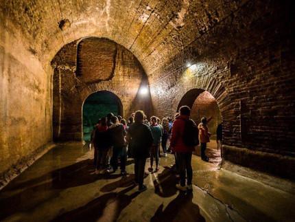 Turisti alle Cisterne Romane di Fermo