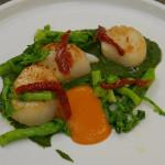 Capasanta arrostita con cima di rapa, pomodorini secchi e alici - ricetta ristorante La DegOsteria