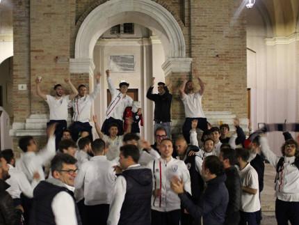 La festa di giocatori e staff e il Monc' in Piazza in rossoblù per la promozione della FC Vigor Senigallia