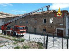 Crolla il tetto di un edificio in disuso in centro a Senigallia