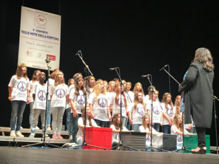 """La Scuola Primaria """"G. Pascoli"""" vince il Premio della critica la canzone """"Il cielo di un bambino"""""""