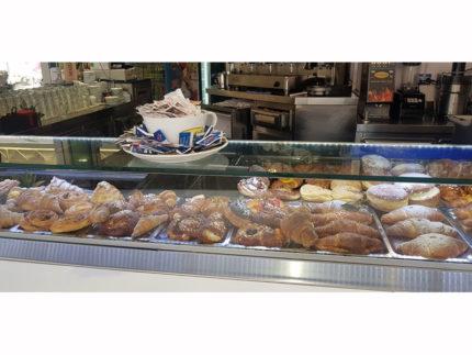 Il bancone dello Skizzo Bar di Senigallia pronto per la colazione