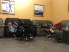 Michael Baioni Bechtold costretto a passare la notte sui divani dell'aeroporto