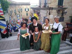 Contesa del Pozzo della Polenta 2019 - La coppia ducale sulla scalinata di Corinaldo