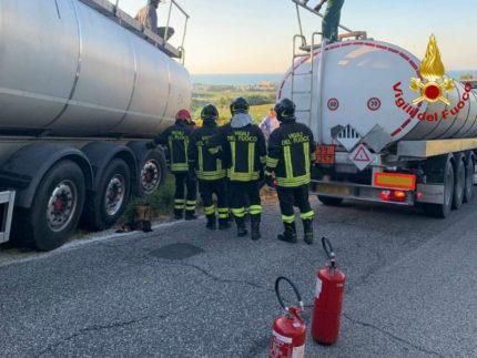 Autoarticolato in difficoltà, intervengono i Vigili del fuoco