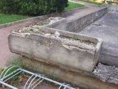 Manufatti in cemento ammalorati in un condominio di via Capanna