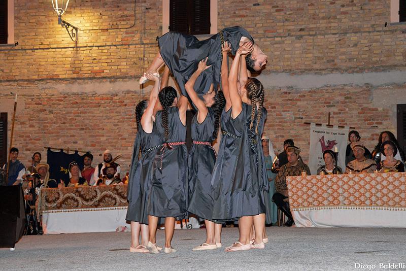 Danzatrici alla Festa Castellana di Scapezzano di Senigallia
