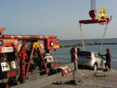 auto si sfrena e finisce sulla scogliera di Marina di Montemarciano