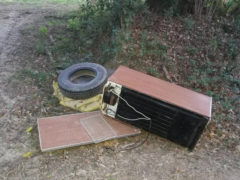 Un frigorifero ed un pneumatico abbandonato a Scapezzano