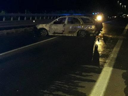 auto in fiamme sul ponte Cesano