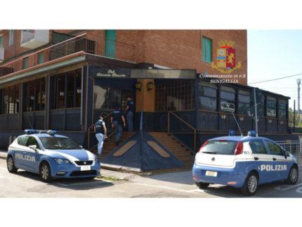 La polizia al pub La Ghigliottina
