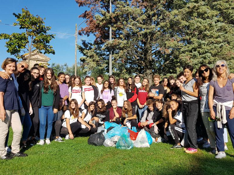 Studenti del Perticari impegnati nella raccolta dei rifiuti alle Grazie