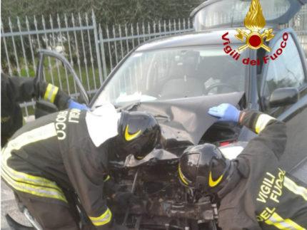 scontro frontale tra due auto in via della Marina
