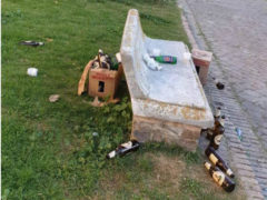 Foto Notizia: bottiglie vuote, cartacce ed immondizia lasciata in un panchina