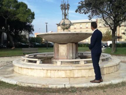 Mangialardi davanti alla Fontana dei Cavallucci Marini