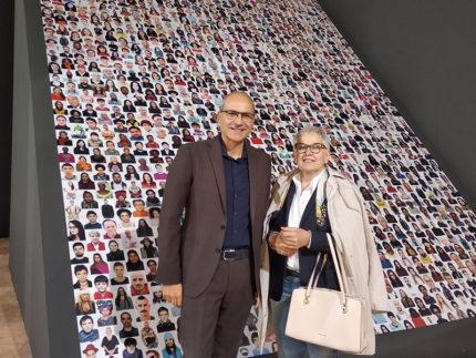 """Gianluca Andreoni e Paola Petrini (BCC Ostra e Morro d'Alba) alla apertura della mostra """"Razza Umana"""" di Oliviero Toscani"""