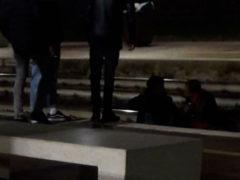 Giovani seduti sui binari della stazione di Senigallia - Foto da Facebook