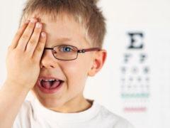 Bambino, occhiali, visita oculistica