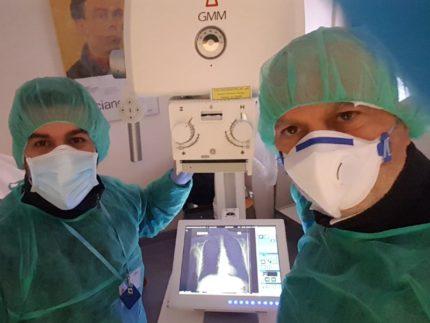 Diego Sartini e Marco Vernelli all'Ospedale di Civitanova ad installare il nuovo detettore