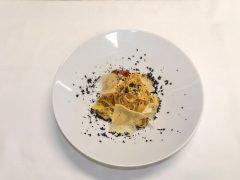 Tagliatelle al farro con stoccafisso, pecorino e crumble di olive nere - ricetta Insolito Bistrot