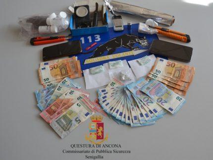 Stupefacenti, materiale vario e denaro sequestrati dalla Polizia