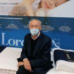 Guerrino Bini indossa una delle mascherine che produce