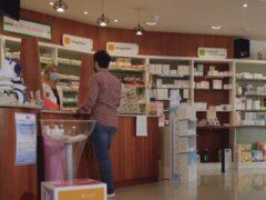 Cliente al banco di una farmacia