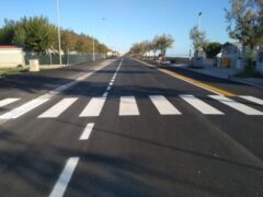 La nuova pista ciclabile e la sede stradale sul lungomare Da Vinci, al Ciarnin