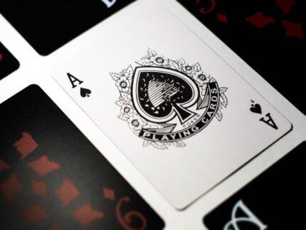 Gioco carte - Asso di picche - Carte da poker e Scala 40 - Photo by Esteban Lopez on Unsplash