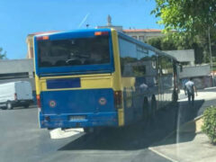 Autobus bloccato su rotatoria