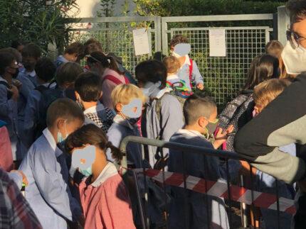 Bambini fuori dalla scuola
