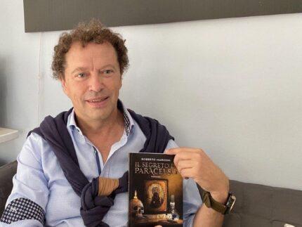 """Roberto Marconi con il suo romanzo """"Il segreto di Paracelso"""""""
